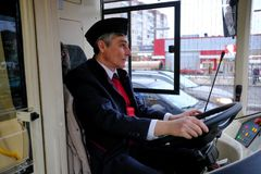 Водитель гибридной троллейбус-шины за рулем Стоковая Фотография