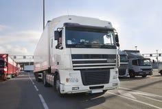 Водитель грузовика и его тележка. Стоковые Фото
