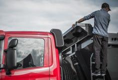 Водитель грузовика проверяя нагрузку Стоковое Фото