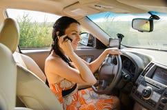 Водитель женщины говоря на ее черни Стоковые Изображения