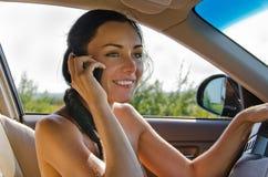Водитель женщины говоря на мобильном телефоне Стоковое Фото