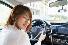 Водитель женщины сидя в автомобиле с улыбкой - получите готовый управлять Стоковые Фотографии RF