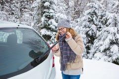Водитель молодой женщины очищает счищатель автомобиля Стоковые Изображения RF