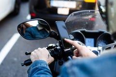 Водитель мотоцикла использует smartphone на мотоцилк Стоковая Фотография RF