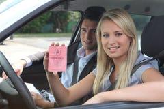 Водитель показывая французскую лицензию Стоковые Фотографии RF