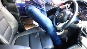 Водитель раскрывает дверь и управляет автомобилем ` s Mazda видеоматериал