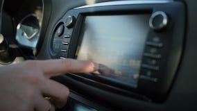 Водитель регулирует компьютер отключения в автомобиле видеоматериал