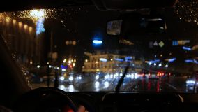 Водитель управляет автомобилем сток-видео