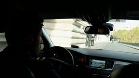 Водитель управляет автомобилем в центральной части Парижа видеоматериал