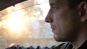 Водитель управляя автомобилем едет вдоль дороги, ярких лучей блеска солнца с влиянием объектива HD акции видеоматериалы