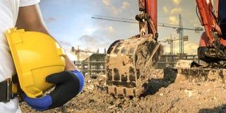 Водитель Backhoe нося шлем в районе конструкции стоковые изображения rf