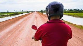 Водитель tuk Tuk в оживленной улице стоковое фото