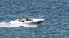 Водные виды спорта быстроходного катера резвясь активные шлюпки побережья взморья хобби людей видеоматериал