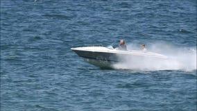 Водные виды спорта быстро проходят люди побережья взморья регаты гонок шлюпки активные видеоматериал