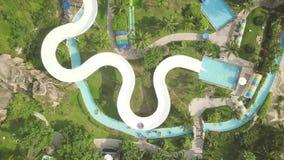 Водные горки вида с воздуха в aquapark занятности Люди имея потеху ехать на скольжениях в на открытом воздухе аквапарк r видеоматериал