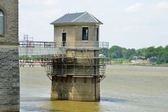 Водозабор на здании waterworks под восстановлением на крае реки Стоковые Фото
