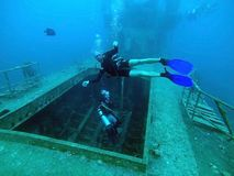 Водолазы проверяют затопленный корабль Стоковые Фотографии RF