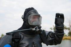 Водолаз в костюме и шлеме подныривания готовых для того чтобы нырнуть Стоковое Изображение RF