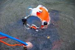 Водолаз в костюме и шлеме подныривания готовых для того чтобы нырнуть Стоковое Фото