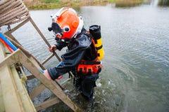 Водолаз в костюме и шлеме подныривания готовых для того чтобы нырнуть Стоковые Изображения RF