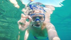 Водолаз делает selfie, развевая на камере - подводном видео акции видеоматериалы