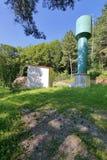 Водонапорная башня около дома на холме в сосновом лесе Стоковые Фото