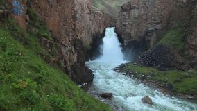 ` 33 водопада parrots `, на таком же пропуске Высота водопада в 30 метров видеоматериал