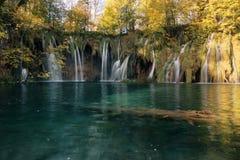 водопады бирюзы plitvice национального парка озера Хорватии падая Plitvic Стоковое Изображение RF