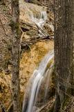 Водопады вертикального травертина взгляда каскадируя Стоковая Фотография