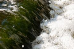 Водопады в лете Ясность и свежая вода падают вниз Подкраски зеленого и белого Fotography сделало с длинной врем-выдержкой стоковое изображение