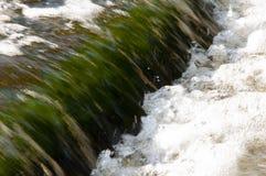 Водопады в лете Ясность и свежая вода падают вниз Подкраски зеленого и белого Fotography сделало с длинной врем-выдержкой стоковое изображение rf