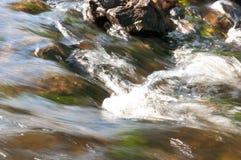 Водопады в лете Ясность и свежая вода падают вниз Подкраски зеленого и белого Fotography сделало с длинной врем-выдержкой стоковые изображения rf