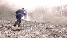 Водопады падают высокий в горах Женщина идет акции видеоматериалы