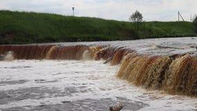 Водопады Sablinsky Немногое водопад Коричневая вода водопада Пороги на реке Сильная подача воды Двигатели wate сток-видео