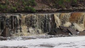 Водопады Sablinsky Немногое водопад Коричневая вода водопада Пороги на реке Сильная подача воды Двигатели wate видеоматериал