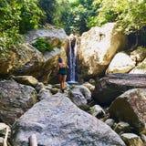 Водопады Talipanan на Mindoro с красивой женщиной в стоковое изображение rf
