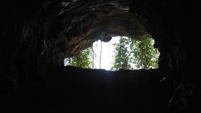 Водопад внутри темной пещеры акции видеоматериалы