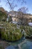 Водопад в деревне Orbaneja del Castillo в провинции Бургоса стоковые изображения rf