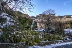 Водопад в деревне Orbaneja del Castillo в провинции Бургоса стоковые изображения