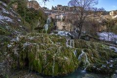 Водопад в деревне Orbaneja del Castillo в провинции Бургоса стоковое фото