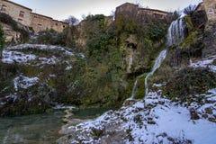 Водопад в деревне Orbaneja del Castillo в провинции Бургоса стоковая фотография rf