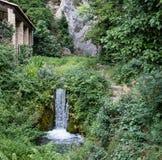 Водопад в историческом центре Moustiers Sainte-Мари внутри Стоковые Изображения
