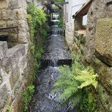 Водопад в малой деревне стоковые фотографии rf