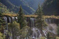 Водопад в национальном парке Jiuzhaigou Сычуань Китая Стоковые Фотографии RF