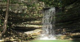 Водопад в реке Okatse Естественный памятник в районе Khoni около Kutaisi, зоны Imereti, Georgia Ориентир ориентир в солнечном акции видеоматериалы