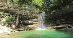 Водопад в реке Okatse Естественный памятник в районе Khoni около Kutaisi, зоны Imereti, Georgia Ориентир ориентир в солнечном видеоматериал