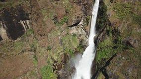 Водопад в ряде Непале Гималаев от взгляда воздуха от трутня сток-видео