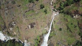 Водопад в ряде Непале Гималаев от взгляда воздуха от трутня видеоматериал