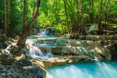Водопад в тропическом глубоком лесе на национальном парке Erawan Стоковая Фотография RF