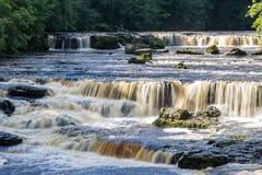 Водопад в участках земли Йоркшира, Великобритания стоковое изображение rf
